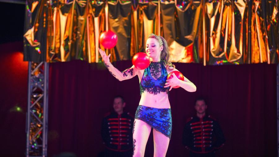 """DIE ARTISTEN DINNER SHOW in Hamburg 4 für 1 – Buffet, Dinner Show, Getränke & After-Show-Party! Königlich speisen und dazu Zirkuskünstler live erleben, das erwartet Sie bei Ihrer Weihnachtsfeier 2019. Nachdem Sie sich am reichhaltigen Weihnachtsbuffet gestärkt haben, heißt es: """"Manege frei!"""" Dann betreten die Profis die Bühne und überraschen Sie mit spektakulären Aufführungen, in glitzernden Kostümen und mit atemberaubenden Kunststücken. Der Weihnachtsfeier-Zirkus bietet aber mehr als nur einzigartige Showacts in einer Manege. Erleben Sie nicht nur unsere spektakulären Schleuderbrett-Akrobaten, sondern hier können Kolleginnen und Kollegen selbst zum Star werden. Da assistiert beispielsweise der Buchhalter dem Clown oder der Chef baumelt mit Artisten am Trapez. Machen Sie sich auf eine ganz besondere Dinner Show in Hamburg gefasst!"""